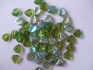 Korále mačkané tvar  Lístečky velikost 8mm barva zelené pokov AB 18ks.