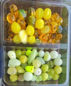 Barevně sladěné sady korálek v krabičkách