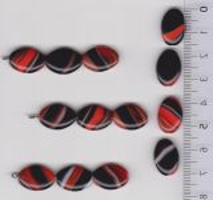 Korálky skleněné mačkané tvar šváb 16x11x5 mm. Přetah černooranžovobílá  lesk 1KG cca 700 ks.